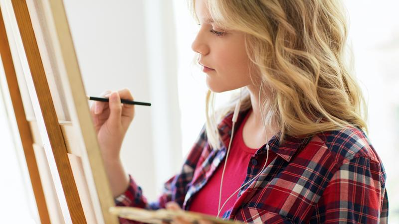 student-girl-with-easel-painting-at-art-school-P7K437C